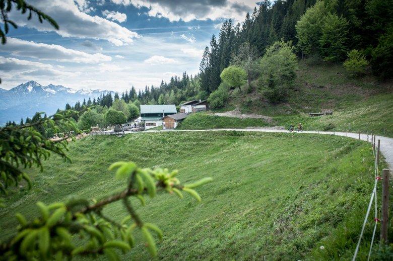 Die Arzler Alm ist wunderschön gelegen und bietet einen herrlichem Ausblick auf die Stadt. (Fotos: Rene Sendlhofer-Schag/www.bikefex.at)