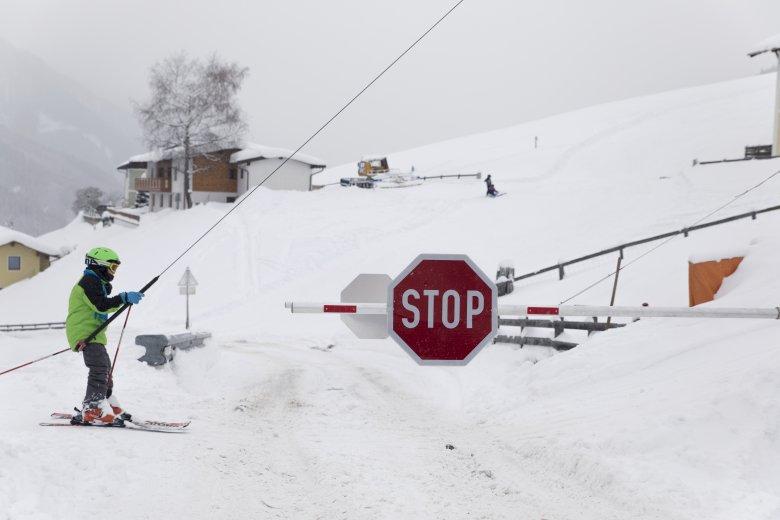 Hier haben die Skifahrer Vorrang vor den Autos (Foto: Tirol Werbung/Bert Heinzlmeier)           , © Tirol Werbung/Bert Heinzlmeier
