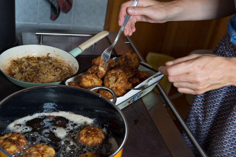 Tiroler Kaspressknödel kochen.
