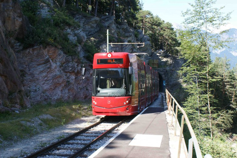 """Von Innsbruck aus mit der Straßenbahn mitten ins Grüne: die """"Waldstraßenbahn"""" bzw. Linie 6 von Innsbruck nach Igls (Foto: IVB)"""