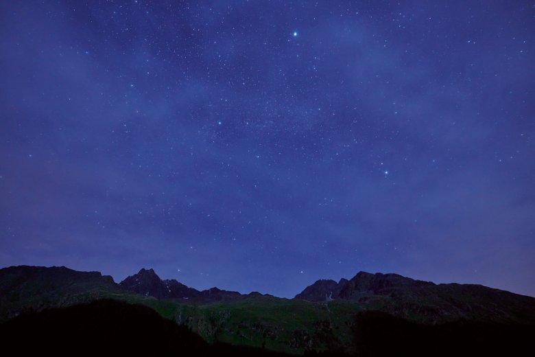 Am Tiroler Nachthimmel über dem Kaunertal leuchten die Sterne – die Bergketten schirmen künstliches Licht weitgehend ab.