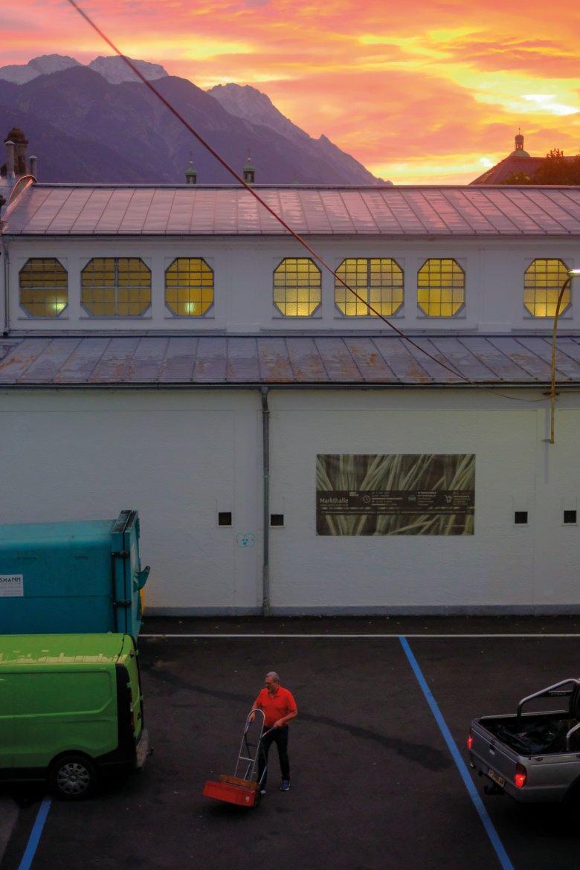 5.49 UHR Morgenstund, Gold im Mund – beziehungsweise am Himmel: Sonnenaufgang über der Innsbrucker Markthalle.