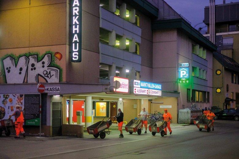 5.40 UHR Wenn selbst die meisten Tiroler noch schlafen, wird es an der Markthalle Innsbruck schon wieder ruhiger.
