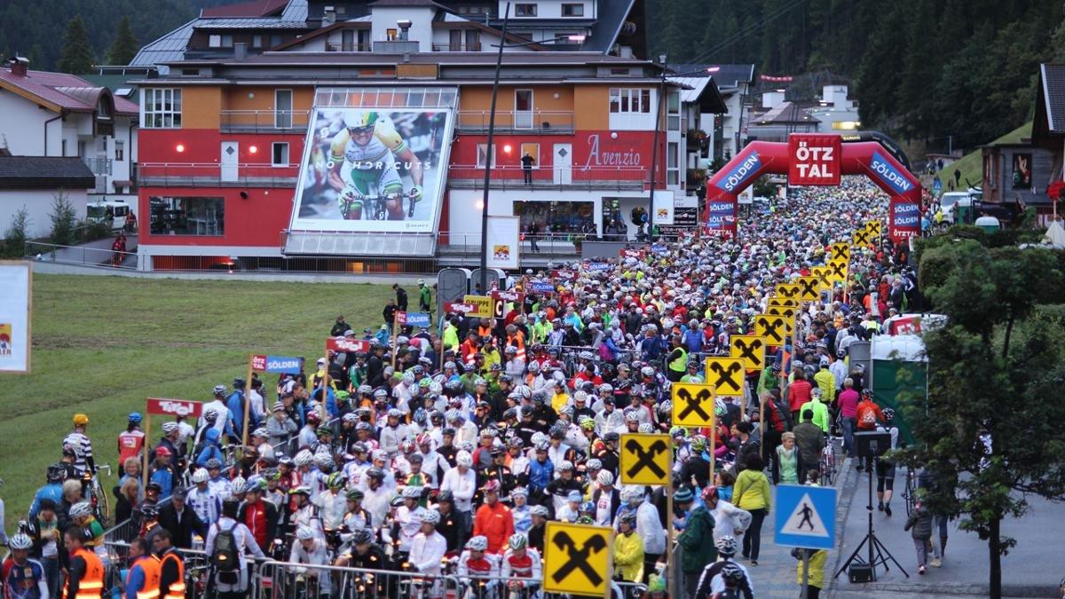 Eines der härtesten und beliebtesten Rundrennen für (Halb-)Amateure auf dem Straßenrad beginnt und endet in Sölden. Beim Ötztaler Radmarathon sind 5.500 Höhenmeter und 238 Streckenkilometer zu bewältigen., © Ötztal Tourismus/Ernst Lorenzi
