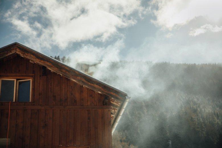 Nebel? Wolken? Rauch? Ein Bauernhof vor den Lärchenwäldern. Fast alle Kunden von Simon Henökl wohnen über 1.000 Meter Seehöhe.