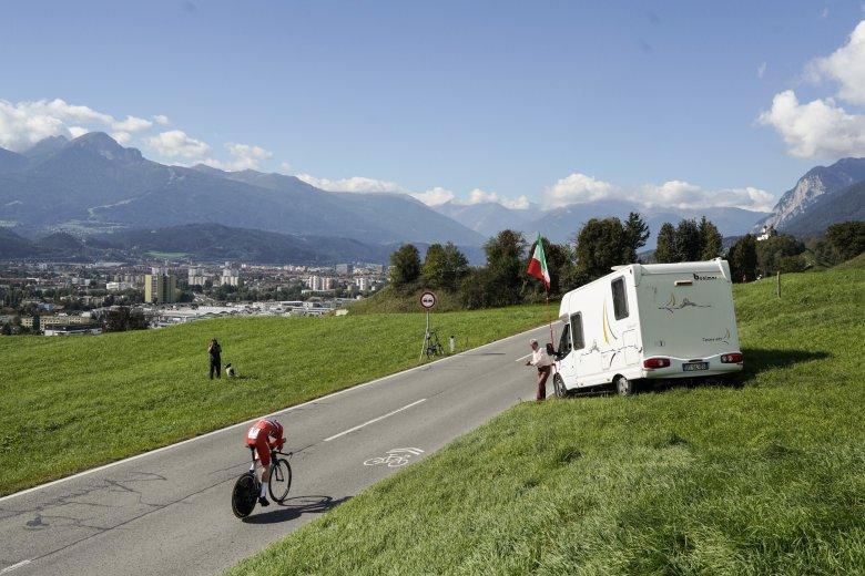 """""""Exklusiv""""-Parkplatz: ein italienischer Fan mit seinem Campingbus"""