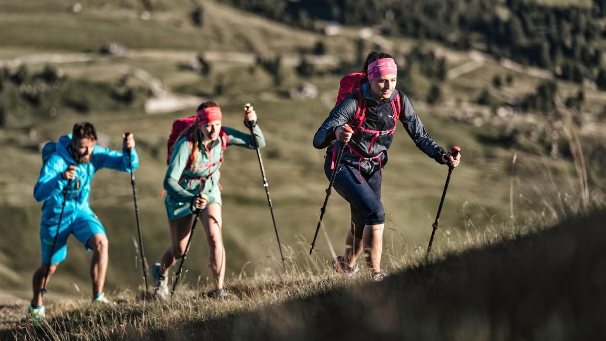 Im ersten Speed-Hiking Park Österreichs bestimmt der sportlich motivierte Wanderer selbst das Tempo. Auf unterschiedlichen Strecken kann man die neue Wanderdisziplin ausprobieren und etwas Gutes für die Kondition und Gesundheit tun., © ©Storyteller Labs Seceda, Salewa Faces