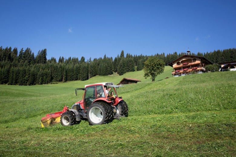 Traktor (mit)fahren am Bauernhof in Tirol.