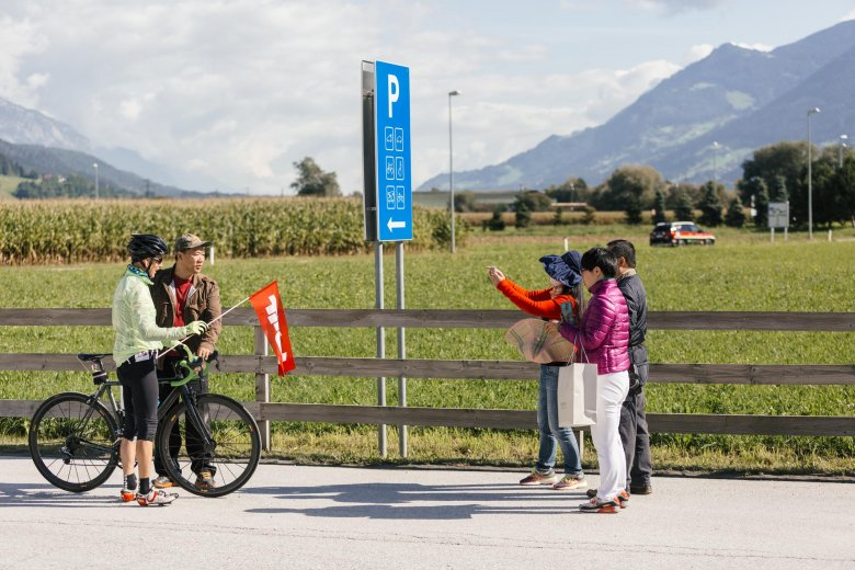 Asiatische Touristen im Startort Wattens