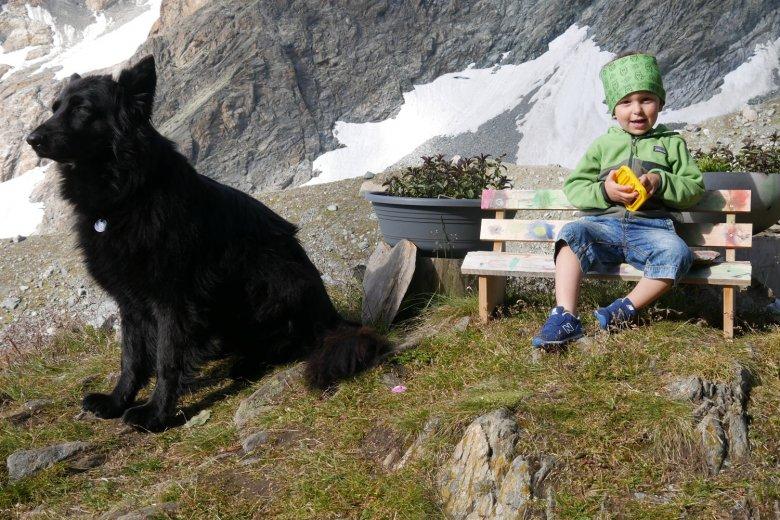 Leo und Familienhund Aisha.