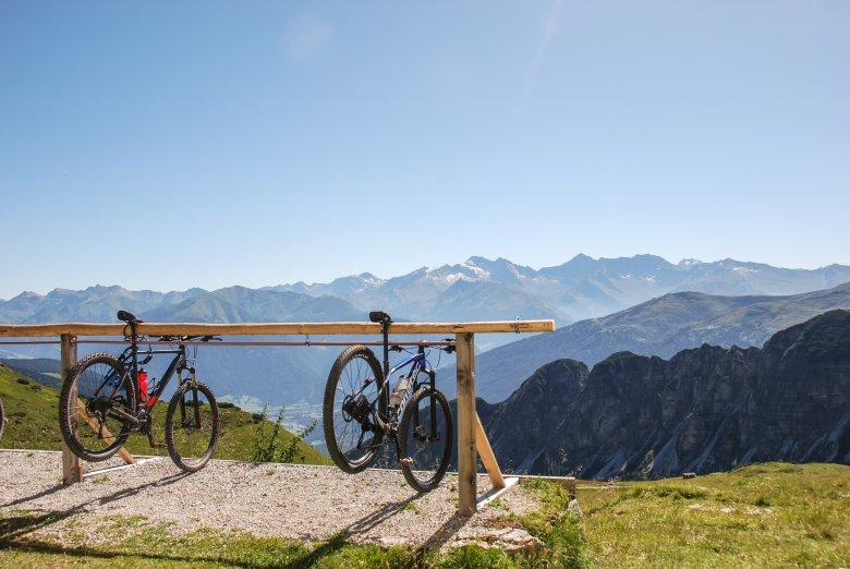 Am Padasterjochhaus ist Schluss für's Mountainbike. Es kann von hier die Aussicht auf Olperer & Co. genießen.