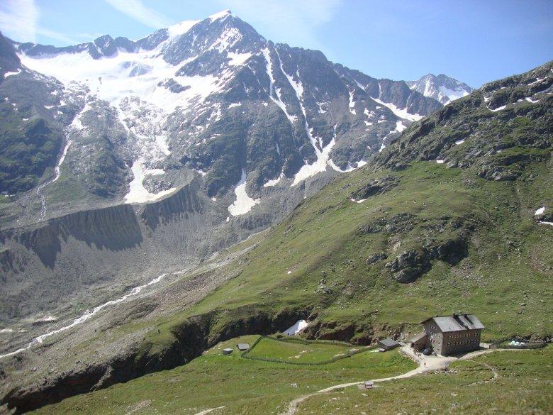 Blick hinunter zur Martin-Busch-Hütte: Dort weist eine gelbe Tafel den Weg Richtung Kreuzspitze. (Foto: Michael Gams, Tirol Werbung)