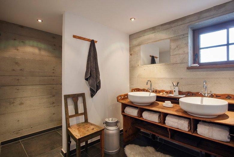 Gelungene Kombination: Waschschüsseln von Philippe Starck auf einer jahrhundertalten Anrichte. (Foto: Mesnerhof/Werner Neururer)