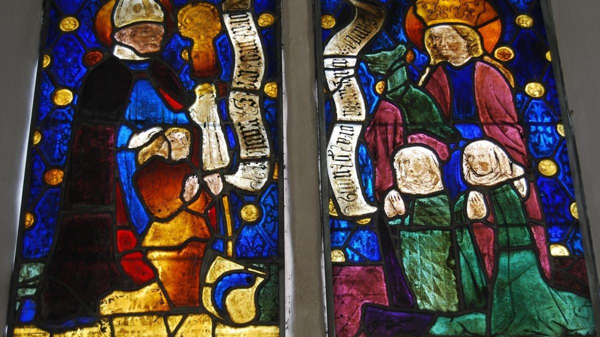 In der St.-Nikolaus-Kirche im St. Johanner Ortsteil Weitau befindet sich ein Schatz der Tiroler Kulturgeschichte – das einzige erhaltene gotische Glasfenster. Das prächtige Kunstwerk stammt aus der Zeit um 1480., © Reinhold Embacher