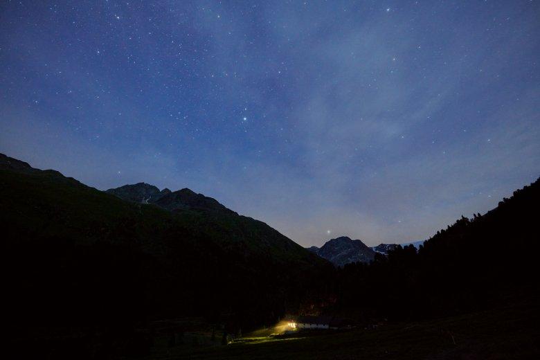 Im Gepatschhaus am südlichen Ende des Kaunertals brennt kurz vor Mitternacht noch Licht. Sonst gibt es hier keine künstlichen Lichtquellen.
