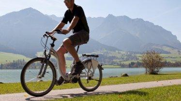 Unterwegs mit dem E-Bike, © Archiv TVB Kaiserwinkl/ Bernhard Bergmann
