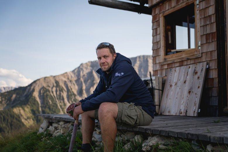 Thomas Koch vor der Gartjoch-Hütte, dem Basislager seiner Feurer-Gruppe.