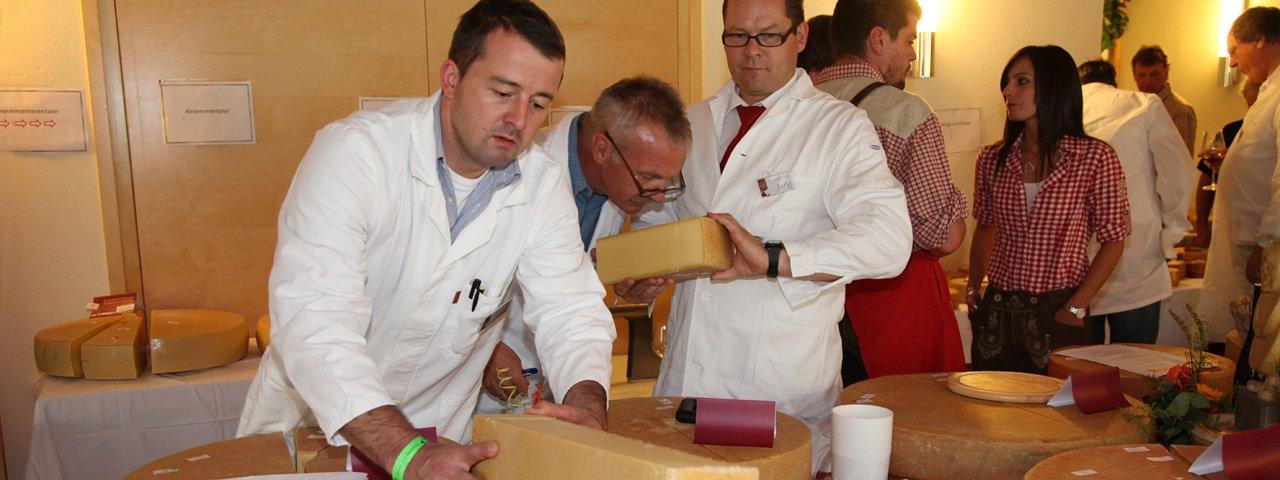 Kritische Prüfer: Der bei der Almkäseolympiade eingereichte Käse wird durch eine Fachjury bewertet, © TVB Paznaun-Ischgl