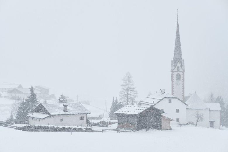 Die Kirche St. Sigmund im Sellrain im Schneegestöber.