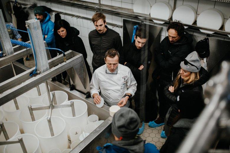 Ein Besuch in der Sennerei: Hermann Huber spricht über die Herstellung von Käse in seiner Hofkäserei.