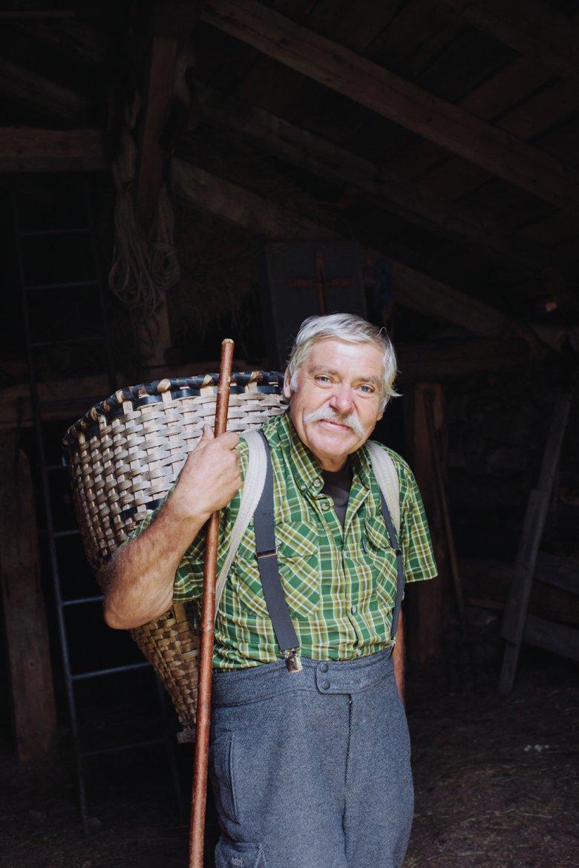 Mindestens vier Monate im Jahr verbringt Erich Gatt auf der Zeischalm. Wichtiges Utensil: die Kraxe aus geflochtenen Weiden.