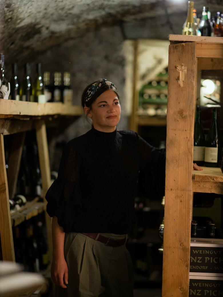 Sabrina Steindl im Weinkeller des Unterwirts. , © Tirol Werbung / Nicolas Hafele