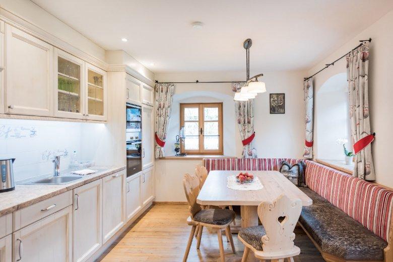 Ein bisschen Landhaus, ein bisschen Tiroler Stil – in Kombination sehr gelungen und gemütlich.