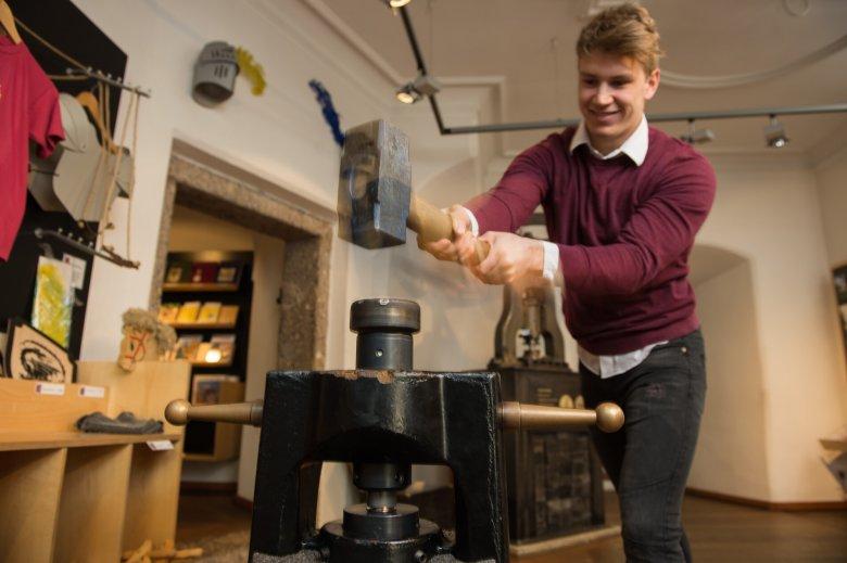 Im Haller Museum kann man selbst Hand anlegen und eine Münze prägen.  Foto: Museum Münze Hall