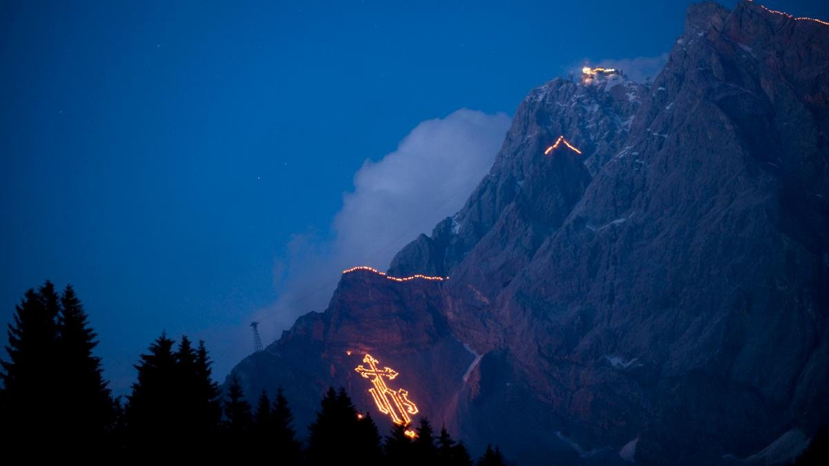 Die Sonnenwende, immer und überall ein besonders Datum, wird in Ehrwald traditionell spektakulär gefeiert. Die riesigen Bergfeuer, bestehend aus rund 8000 einzelnen Feuerstellen, zeigen mythologische Figuren und Symbole., © Albin Niederstrasser