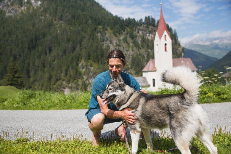 "Hubertus mit seinem Husky ""Vallu""."