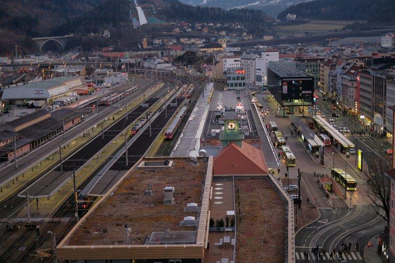 Vom Innsbrucker Hauptbahnhof aus starten die Busse in die umliegenden Skigebiete.