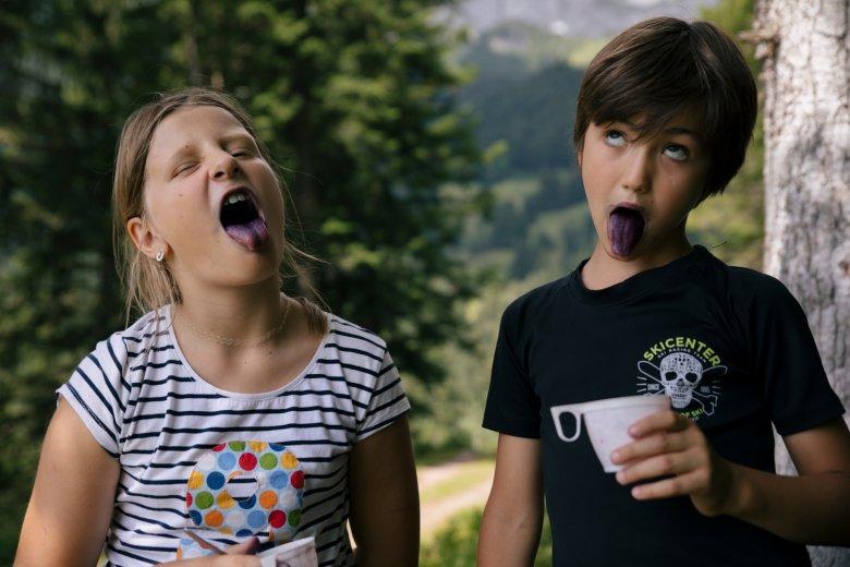 Stella und Maxi finden die meisten Beeren und gewinnen beim blaue-Zungen-Wettbewerb um Längen!