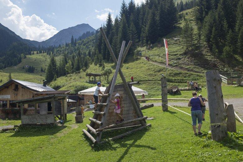 Die Großen klettern auf die umliegenden Berge, die Kleinen üben am Spielplatz.