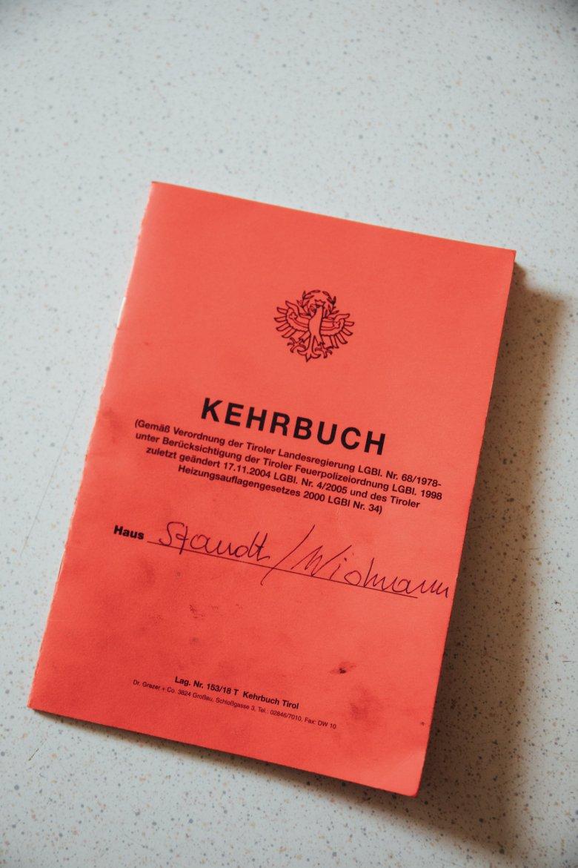 Im Kehrbuch verzeichnen die Schornsteinfeger jeden Besuch – sie kommen bis zu vier Mal im Jahr.
