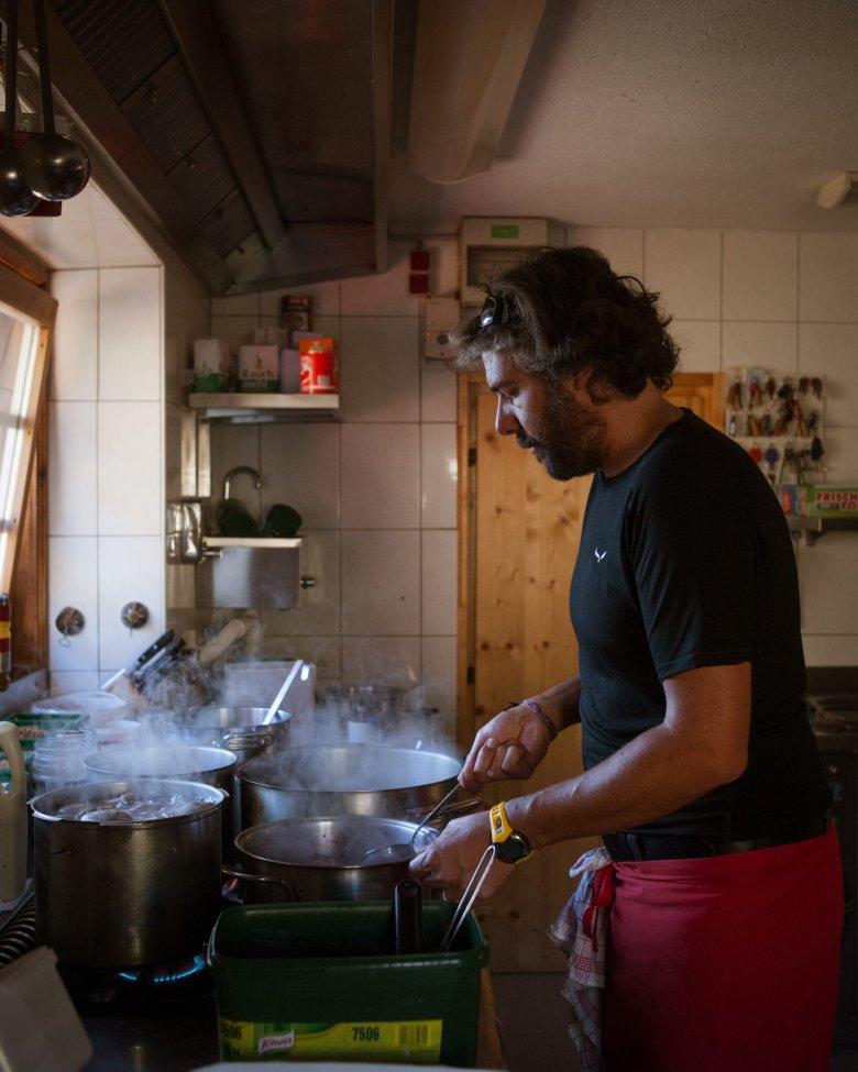 Oesterreich Austria, Tirol Tyrol, Pitztal / Oetztal, Erlanger Huette, hier: Wirt Christian Rimml; Berghuette; alpine chalet cottage, mountain hut 08/2016