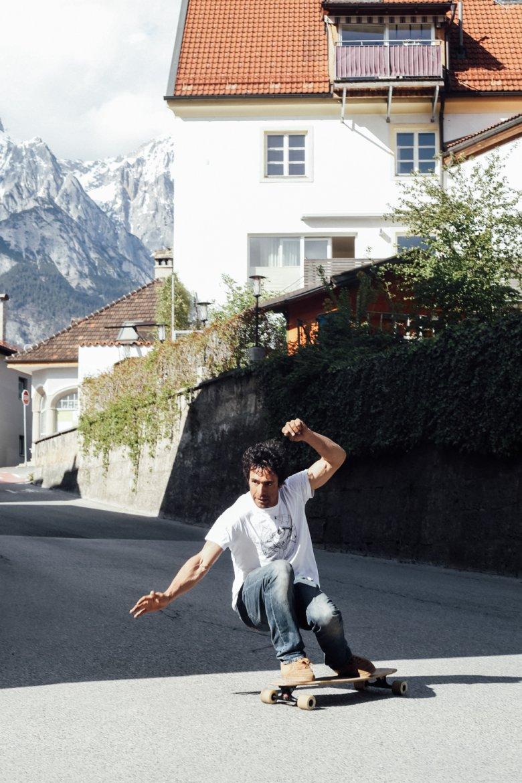 Benoît testet ein selbst gebautes Longboard.