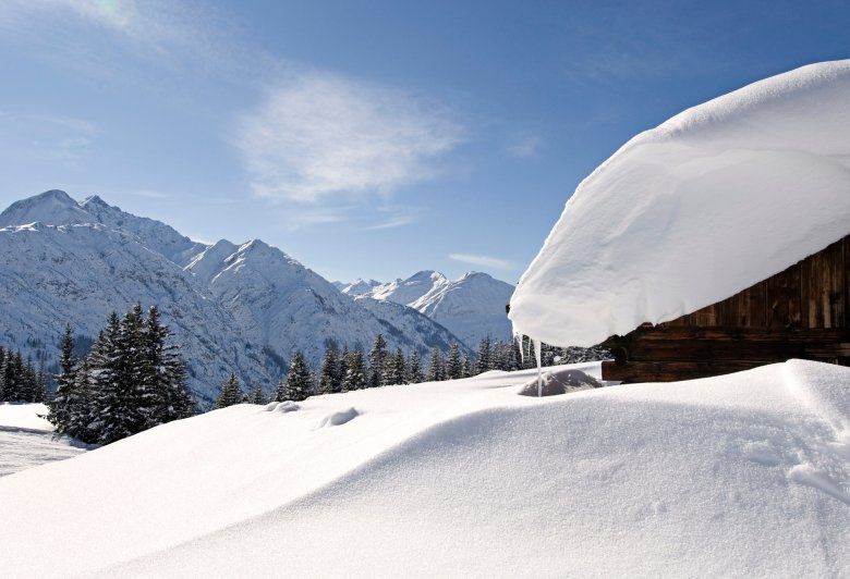 Verschneite Hütte im Lechtal. (Foto: TVB Lechtal, Irene Ascher)