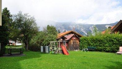 Spielplatz und Liegewiese, © Gästehaus Hackl