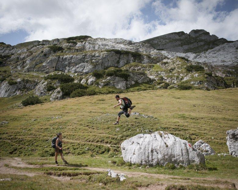Diesen Wanderern in den Brandenberger Alpen kann man das Glück förmlich ansehen. Foto: Tirol Werbung / Schwarz Jens