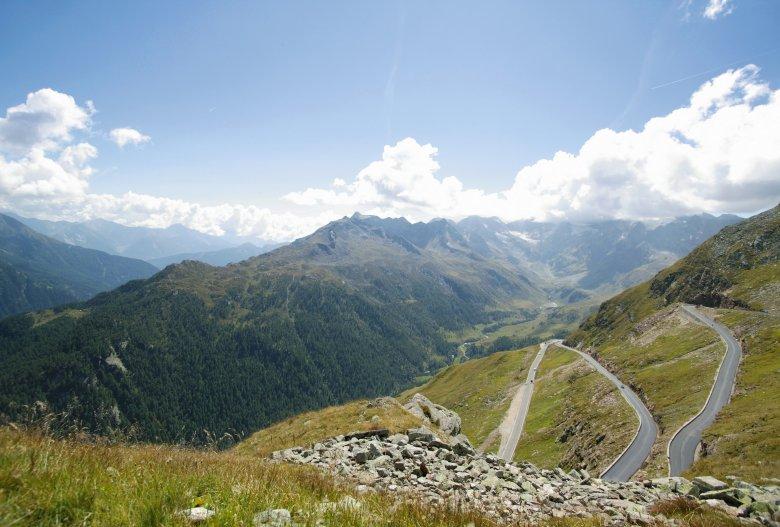 Die letzten Kehren vor der 2.509 Meter hohen Passhöhe. Das Timmelsjoch ist hinter dem Col d'Agnel der zweithöchste Grenzpass Europas und mit dem Bus erreichbar. (Foto: Timmelsjoch Hochalpenstraße)