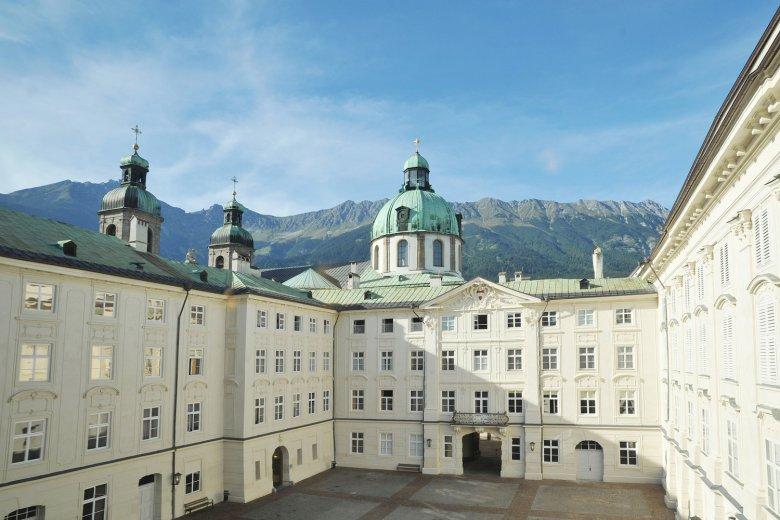 Die Kaiserliche Hofburg wurde 1500 unter Kaiser Maximilian I. errichtet. , © Tirol Werbung, Bernhard Aichner