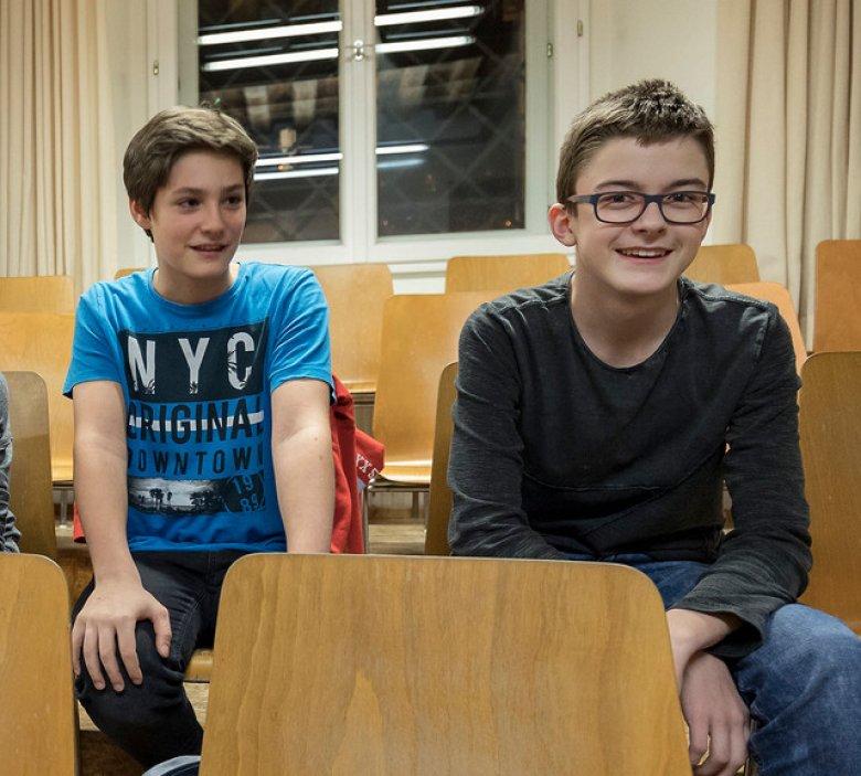 Tristan (l.), Josef (o.l.), Matteo (o.r.). Raphael (u.l.) und Florian (u.r.) vor der Probe.Von ihren Mitschülern wurden die Sängerknaben früher manchmal gehänselt. Jetzt finden die meisten ihr Hobby aber cool.