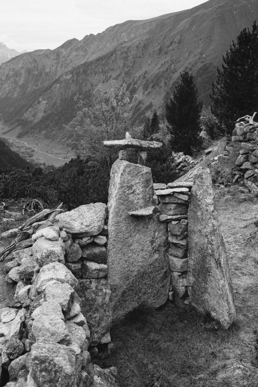 Aus Felsen und Steinen hat sich Gatt eine Freiluftdusche gebaut.