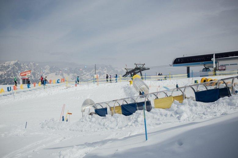 Das Kinderkaiserland Scheffau befindet sich direkt am Gipfel des Brandstadl. Ein abgesperrtes Areal mit bunten Figuren, Skikarusselen, Transportbändern und Mini-Abfahrten. Hier können die Kleinen ungestört üben.