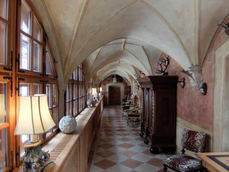 Überdachte gotische Flure werden ergänzt mit teilweise modernen Möbeln.