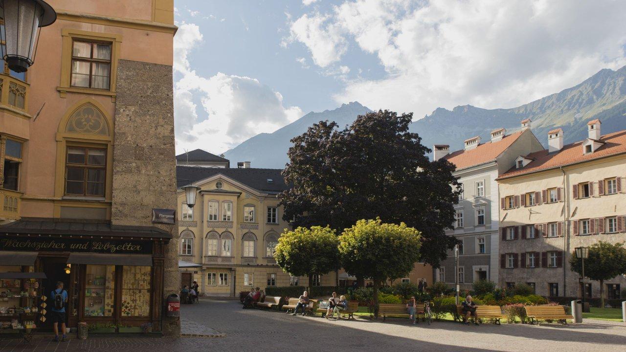 Domplatz in der Innsbrucker Altstadt, © Tirol Werbung/Bert Heinzlmeier