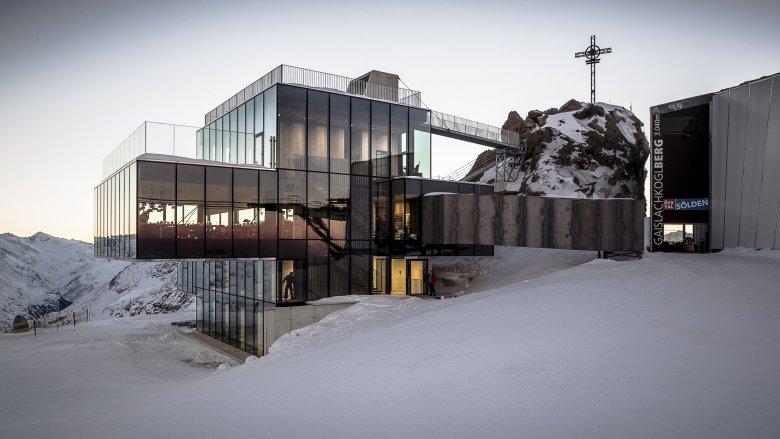 Kulinarik auf wortwörtlich höchstem Niveau, ein bisschen James-Bond-Feeling und vor allem ein architektonisches Meisterwerk: Das ice Q ist mit einer Hängebrücke mit dem Gipfel des Gaislachkogels verbunden. Foto: Ötztal Tourismus/Rudi Wyhlidal