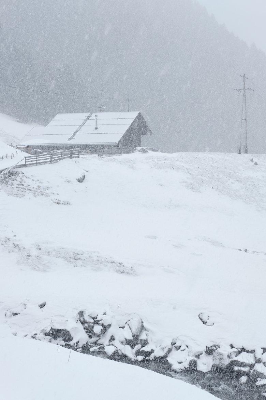 Durchblick: Bergbauernhof im Sellrain – im Vordergrund der Zirmbach.