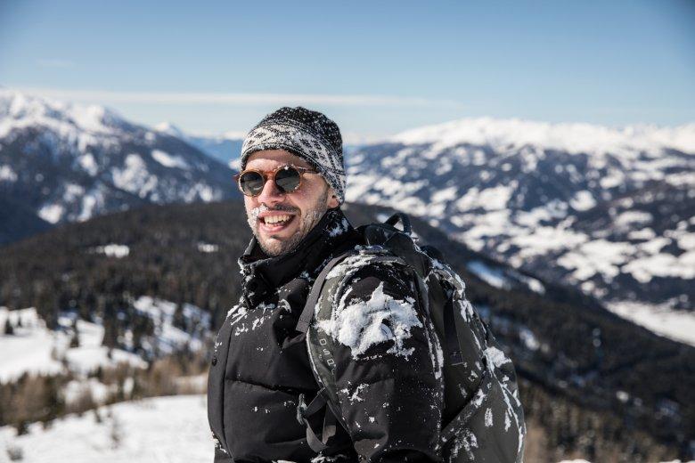 Kopfüber ins Glück: Der unberührte Schnee ist wunderbar weich – aber nicht weniger kalt.