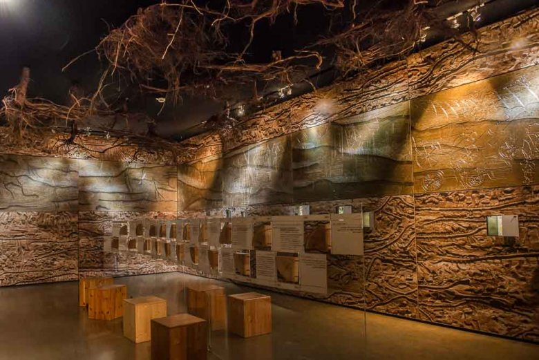 In Schauräumen wie diesem vermittelt das Besucherzentrum bei Binderholz die Bedeutung von Holz im Alltag und im Kulturleben der Menschen.
